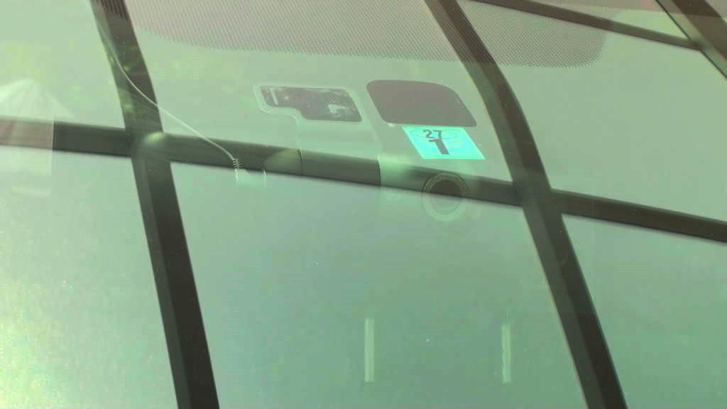 外から見たフロンとガラス越しのドライブレコーダーの画像です。これでドライブレコーダーの取り付けが完了しました。