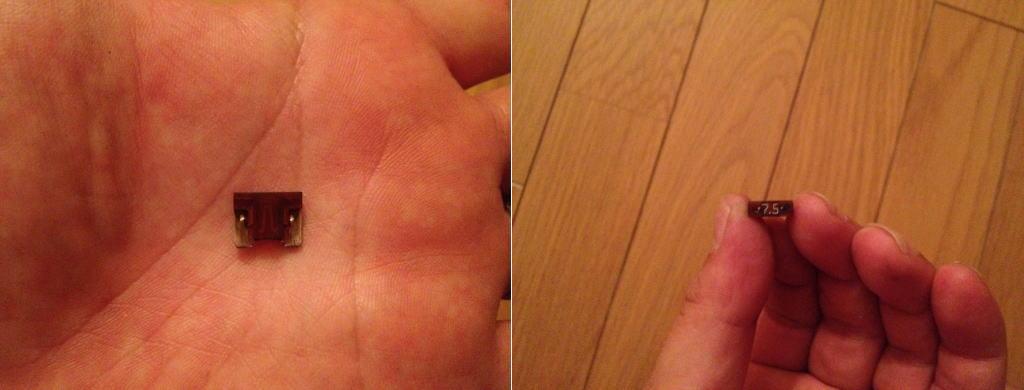 左側の画像の僕の手のひらに小さく見える赤い部品がフィットRS(GE8)の7.5A低背ヒューズです。1cm×1cmよりも小さい位の小さなヒューズですね。右側の画像はこのフューズを上から見た画像です。7.5Aと明記されていますね。