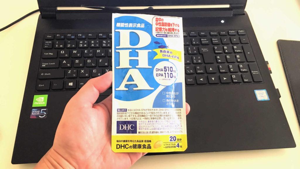 手に持ったDHCのサプリ「DHA・EPA」